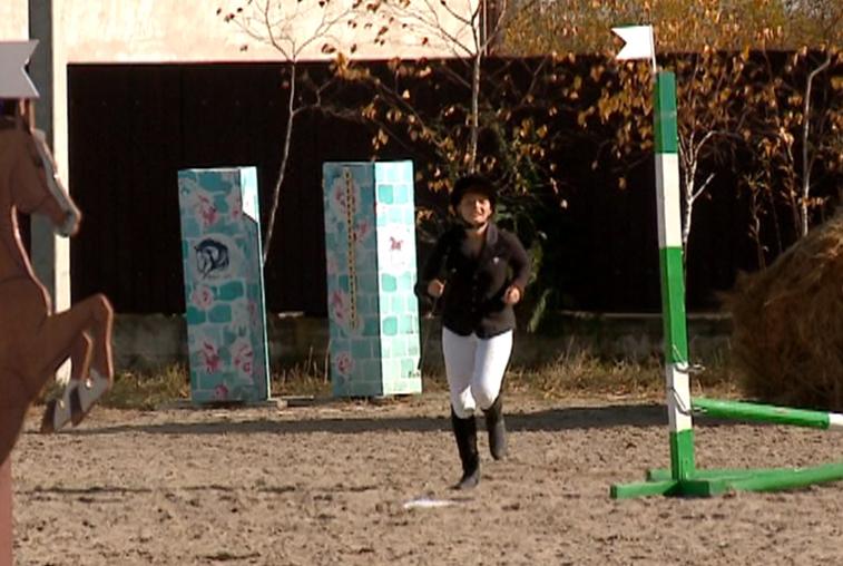 Амурские наездницы бегали и прыгали наряду с лошадьми на закрытии сезона
