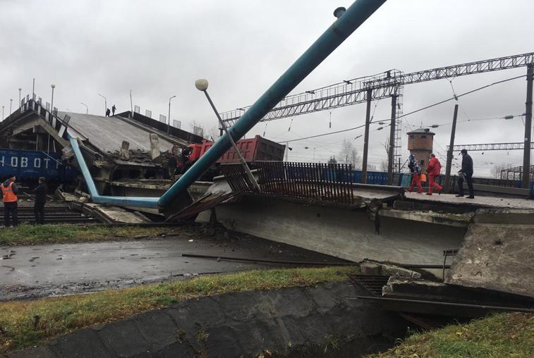Мост вместе с ехавшим по нему грузовиком рухнул в Свободном