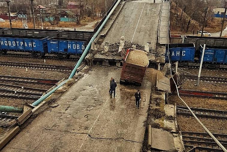 После обрушения моста в Свободном введен режим ЧС