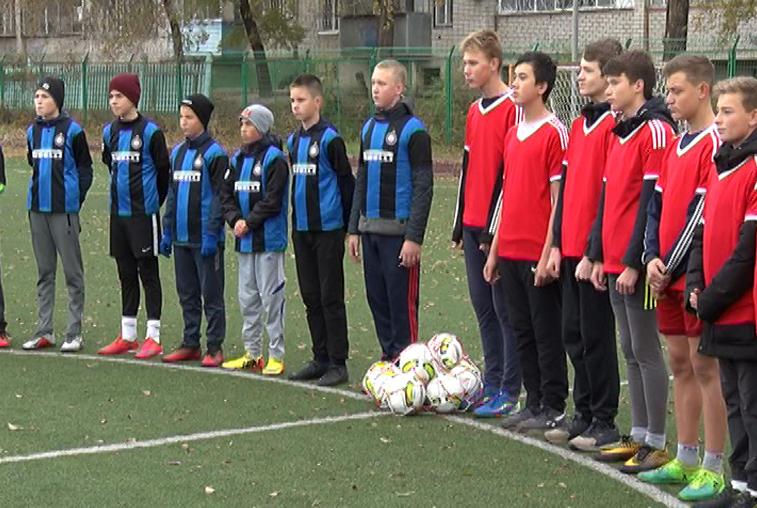 Юные футболисты из благовещенского лицея N6 получили новые мячи