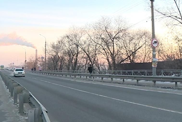 Потоки легковых машин на виадуке в Белогорске отрегулируют светофорами