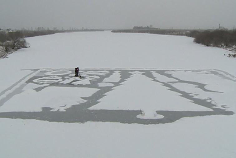 Неслышащий художник из Марково планирует украсить ледовую открытку свечами