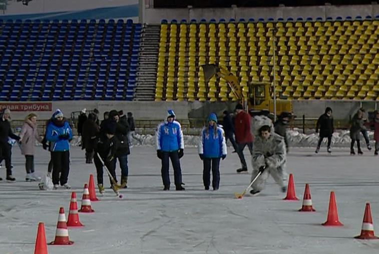 Несколько сотен благовещенцев открыли ледовый сезон на стадионе «Амур»