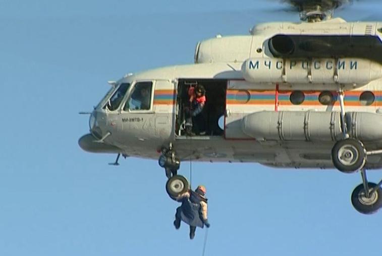 Амурские спасатели отработали десантирование в зимних условиях