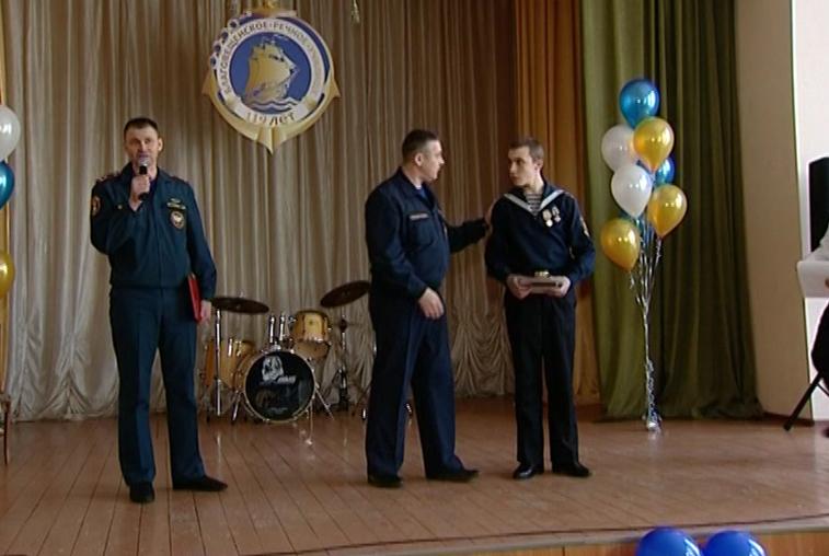 Курсанта Морского университета наградили за спасение утопающего