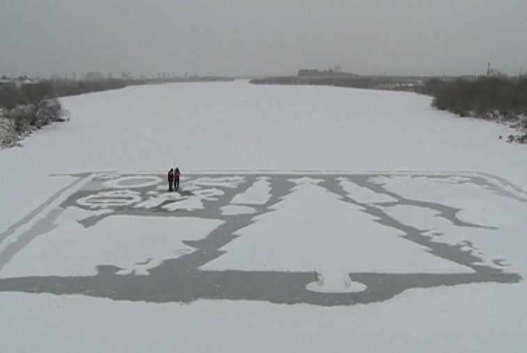 Глухой художник из Марково приглашает зажечь свечи на снежной открытке