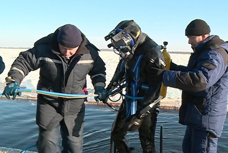 Амурские спасатели провели подледные тренировки на реке Зея