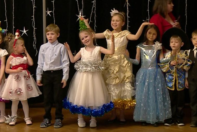 Дети из соцучреждений Приамурья побывали на ёлке в театре кукол
