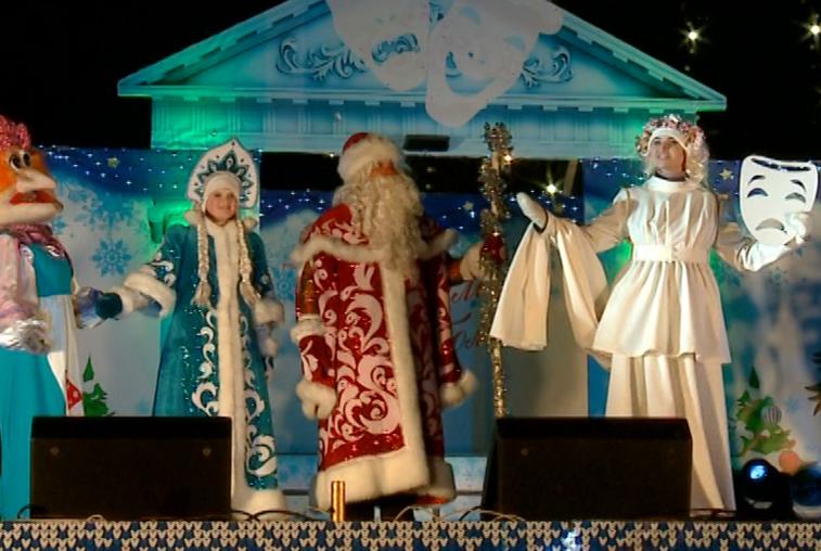 Народными гуляниями и фейерверком встретили Новый год благовещенцы