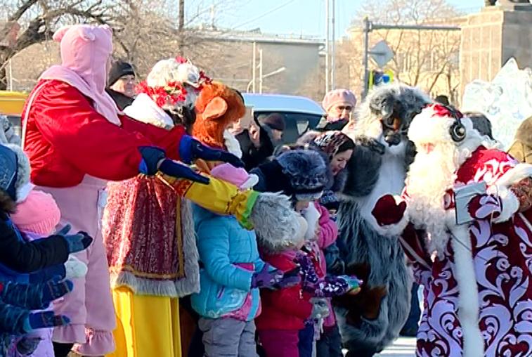 Сказочные персонажи развлекли благовещенцев в снежном городке