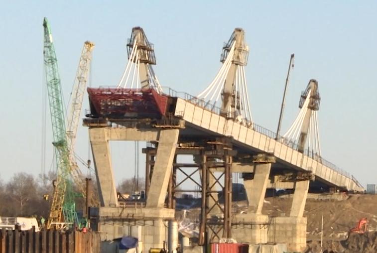 Мороз и праздники не остановили строительство моста через Амур