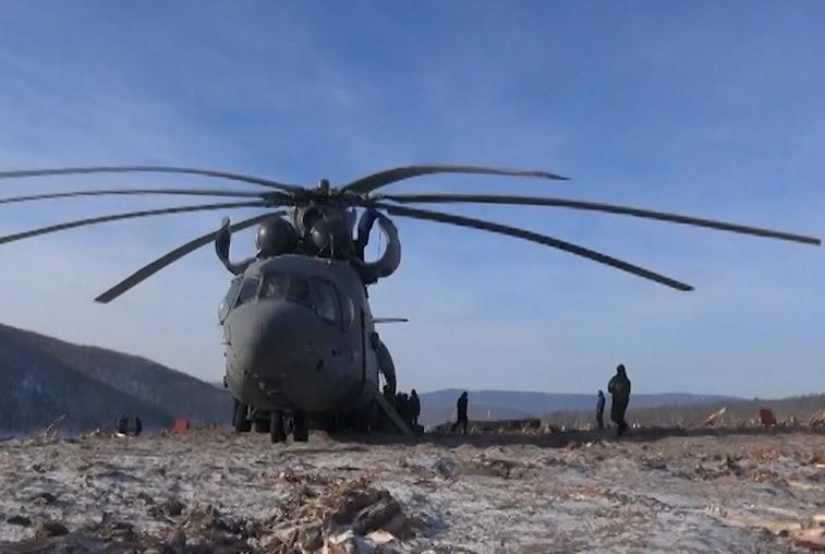 На расчистку оползня на Бурее вертолетом доставили 20-тонный бульдозер
