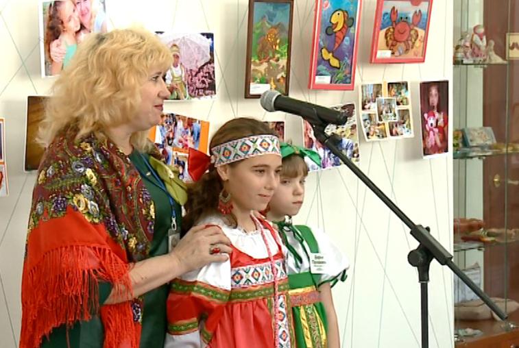 Семья из Среднебелого представила свои работы на выставке в Доме ремесел