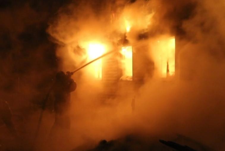 Жилой дом и гараж сгорели в Верхнеблаговещенском в результате взрыва газовых баллонов
