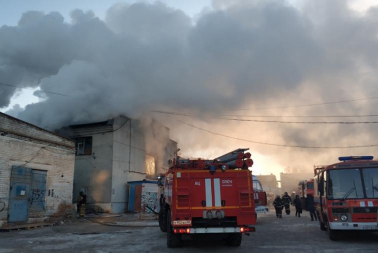 Несколько десятков спасателей задействовали на тушении пожара на торговой базе