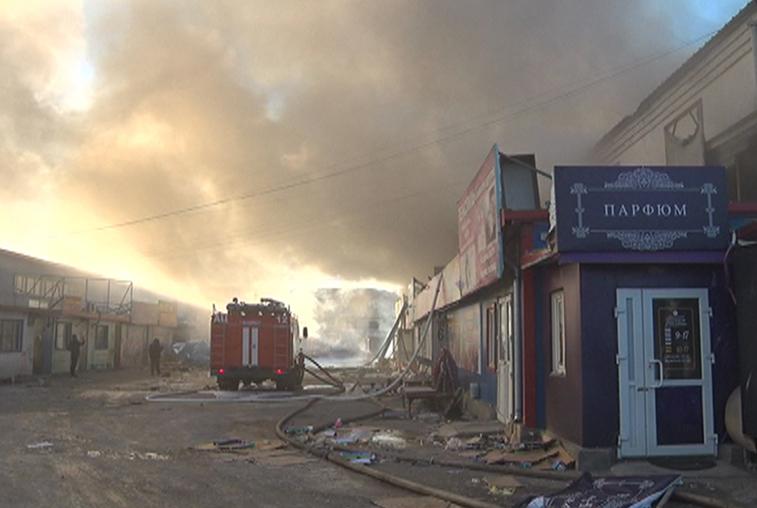 Пожарным удалось локализовать пламя на территории торговой базы «Амур»