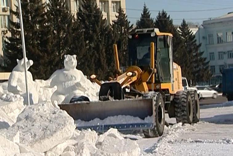 В Благовещенске на площади Ленина начали разбирать снежный городок
