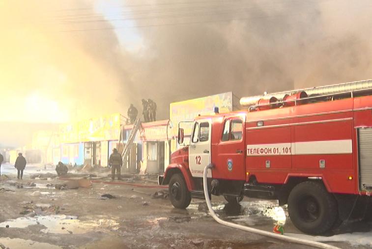 Специалисты регионального МЧС рассматривают несколько версий причин пожара на торговой базе в Благовещенске