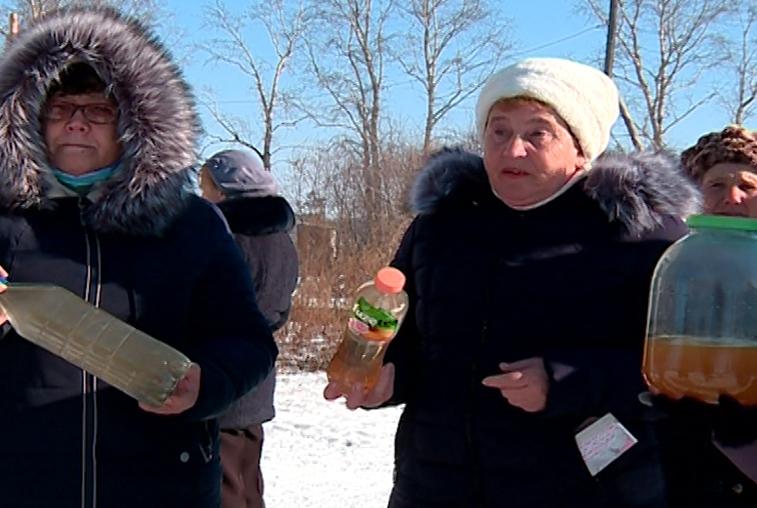 Вода с привкусом солярки течет из кранов в двух домах Завитинска