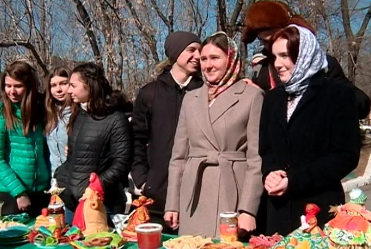 С салом, чесноком и бананом: конкурс блинов провели на Масленичных гуляниях в ДальГАУ