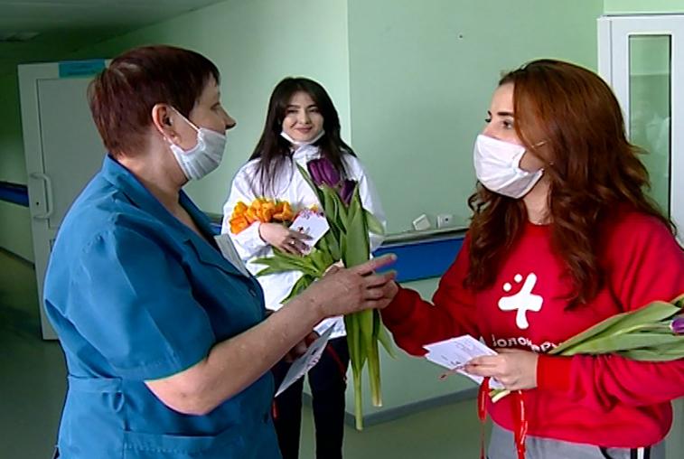 Персонал и пациенток областной больницы поздравили с 8 Марта волонтеры