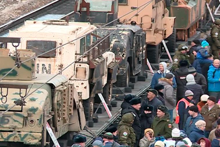 В Белогорске поезд с трофеями войны в Сирии встретили более 8 тысяч человек