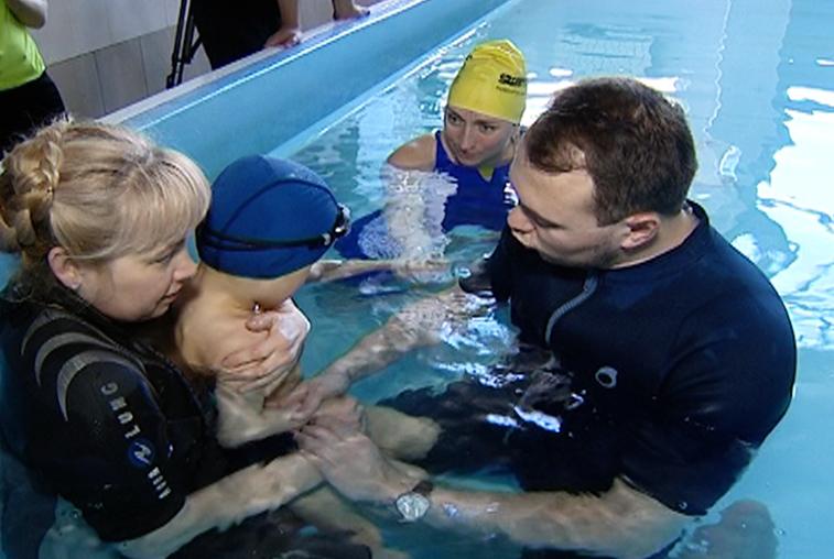 Тренер из Уфы проводит занятия по адаптивному плаванию для амурских коллег
