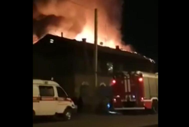 Трех человек спасли пожарные из горящего барака в Благовещенске