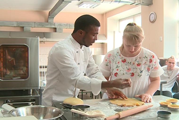 Кондитер из Парижа поделился секретами приготовления десертов с амурскими студентами