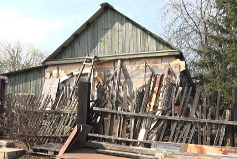 Скопленный годами хлам в одном из дворов посёлка Радиоцентр несёт угрозу жителям