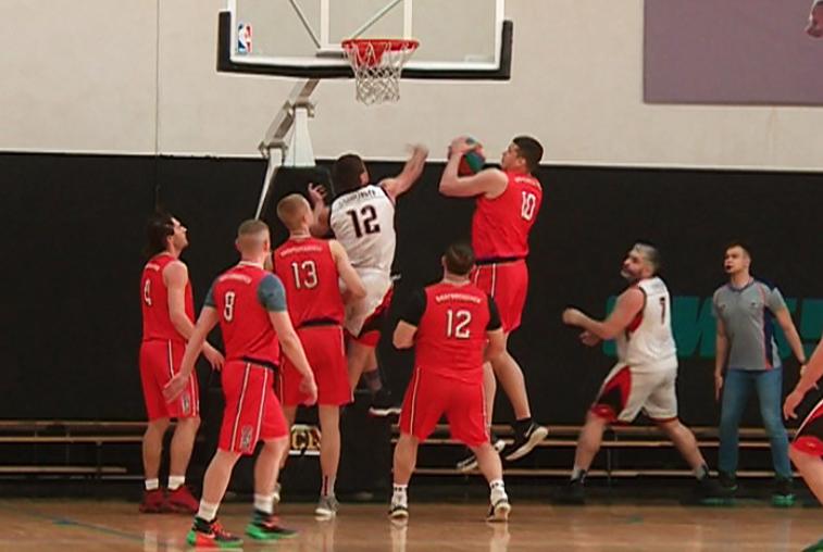 На баскетбольном областном чемпионате среди мужчин сразу выявили двух лидеров