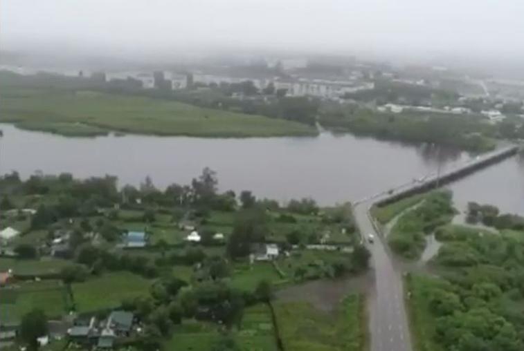 Река Томь разлилась: в Белогорске затопило сотни дачных участков