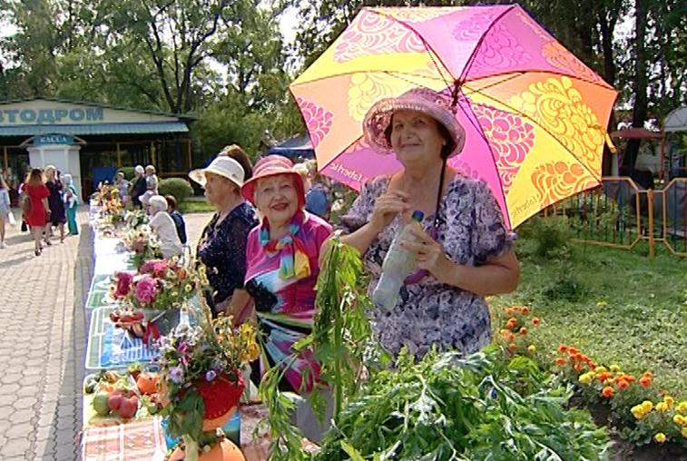 Похвастались урожаем и повеселились на славу: пенсионеры провели день отдыха