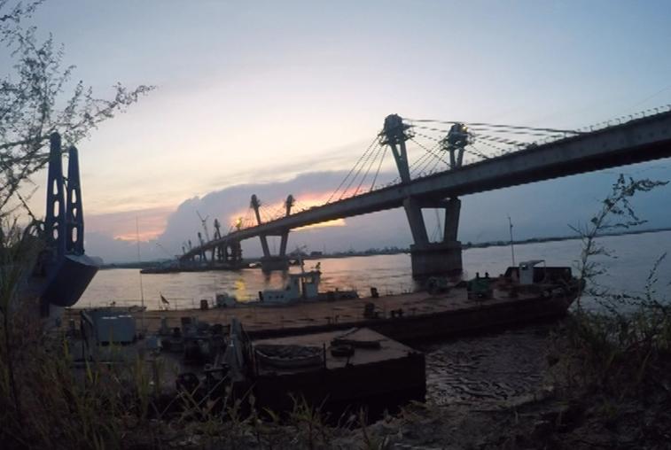 Дорожное полотно моста через Амур укладывают круглосуточно
