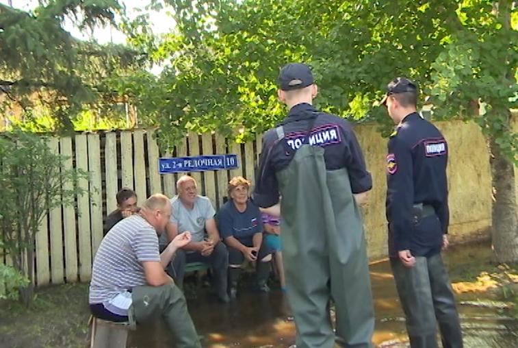 Сотрудники полиции поддерживают порядок на подтопленных территориях