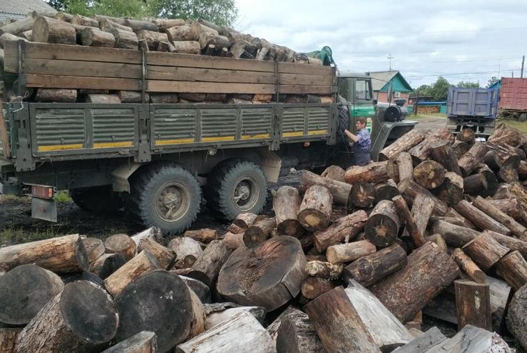 Первую партию дров для подтопленцев уже развозят по районам