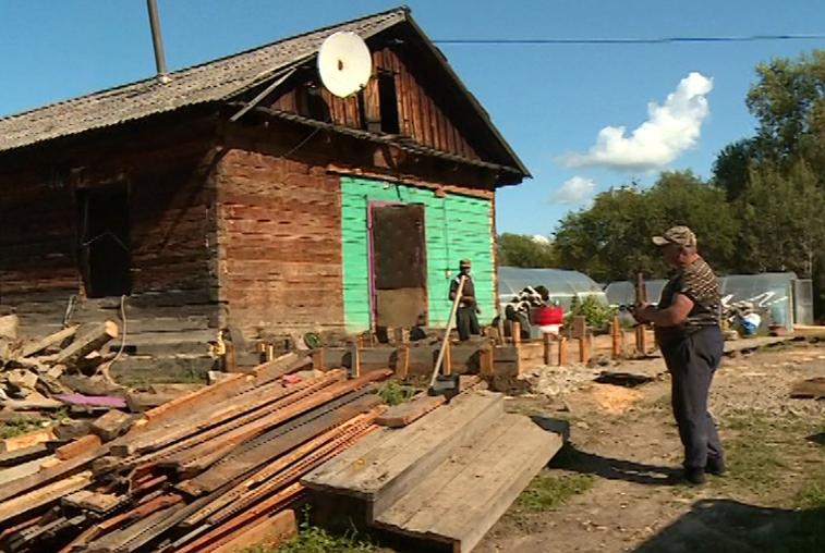 Школу Норска стараются восстановить к началу учебного года. Сельчане ремонтируют свои дома.
