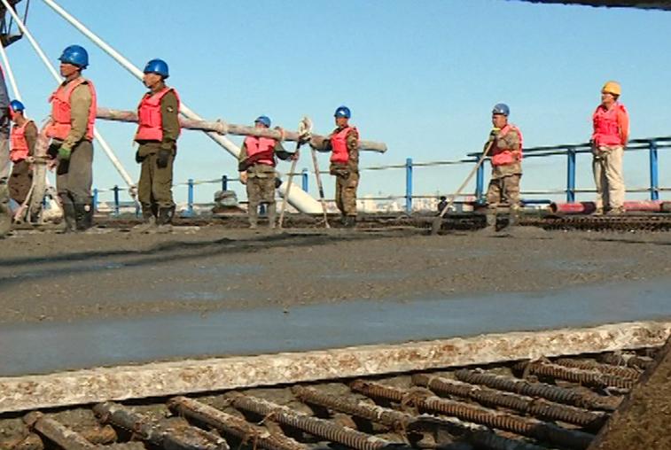 Граница в бетоне: Строители международного моста через Амур укладывают дорожное основание