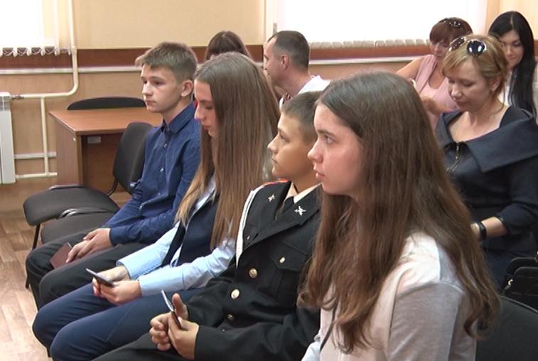 Сотрудники миграционной службы торжественно вручили паспорта юным жителям области