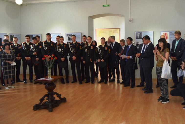 Китайская делегация посетила международную выставку, посвященную годовщине окончания Второй мировой войны