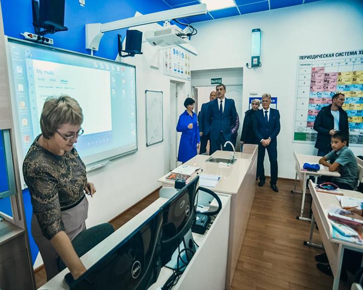 Современные кабинеты — новые возможности: Губернатор области оценил состояние дел в школах Екатеринославки