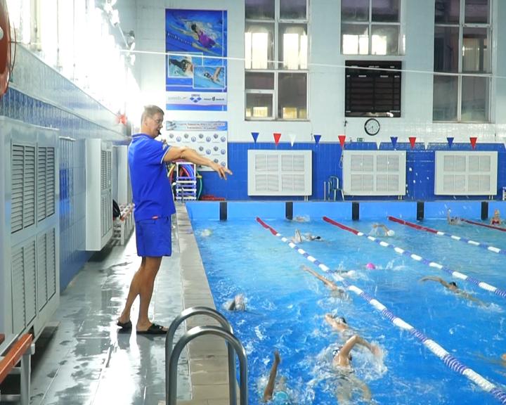 В благовещенском бассейне «Надежда» мастер спорта международного класса тренирует юных пловцов