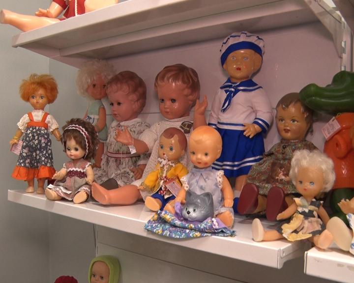 160 экземпляров винтажных кукол представила благовещенка на выставке в центральной библиотеке