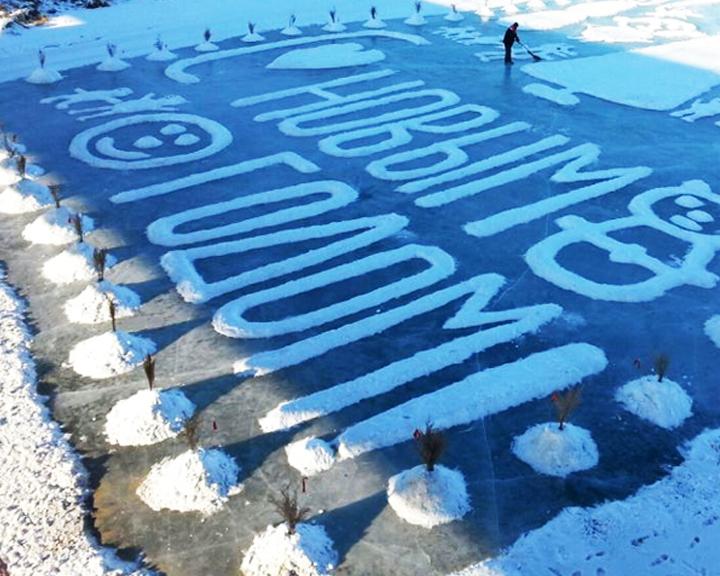 Валерий Мельников приступил к созданию новой ледяной открытки на реке Хомутина