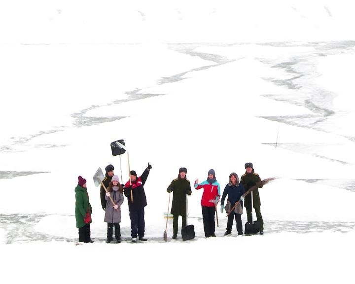 Курсанты ДВОКУ и журналисты поучаствовали в создании новогодней открытки на реке Хомутина
