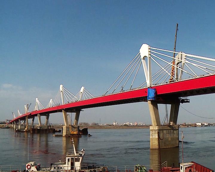 Александр Козлов и Василий Орлов проехали по международному автомобильному мосту до линии стыковки