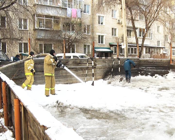 Амурские пожарные помогают заливать дворовые катки