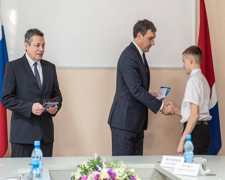 Василий Орлов вручил благовещенским школьникам их первые паспорта