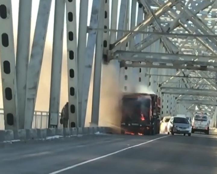 На мосту через Зею в Благовещенске сегодня воспламенился КамАЗ