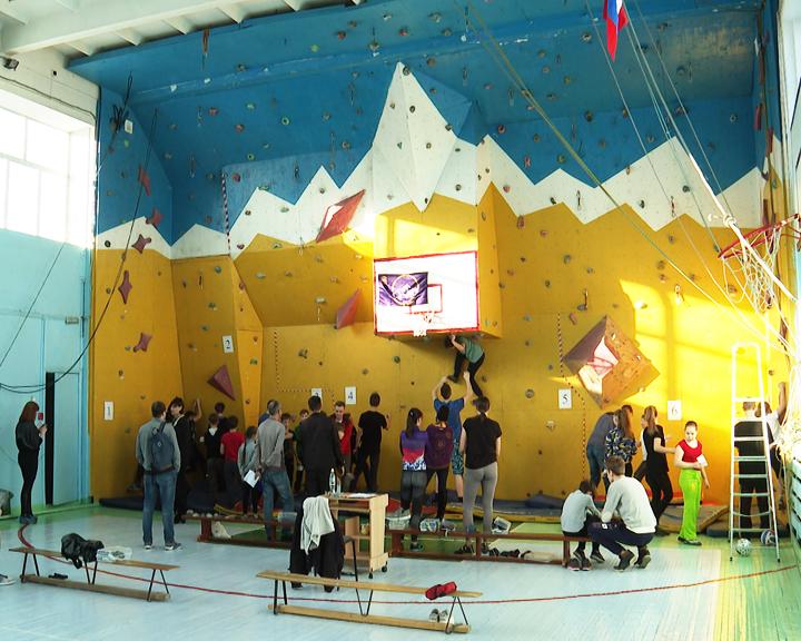 Покорители отвесных стен: В благовещенской школе прошли соревнования по боулдерингу